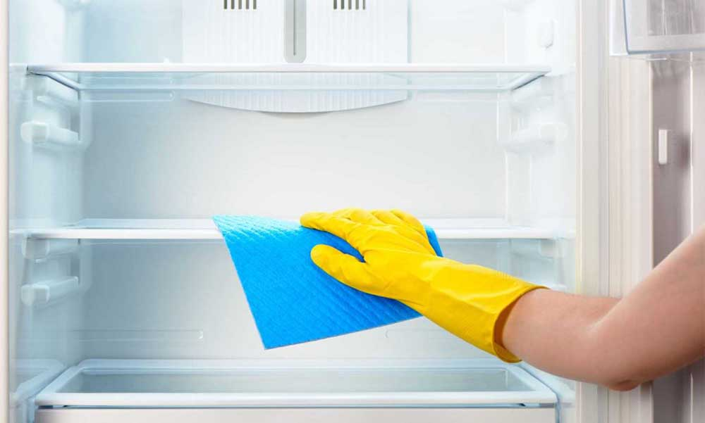 Vệ sinh sạch từng ngăn tủ lạnh
